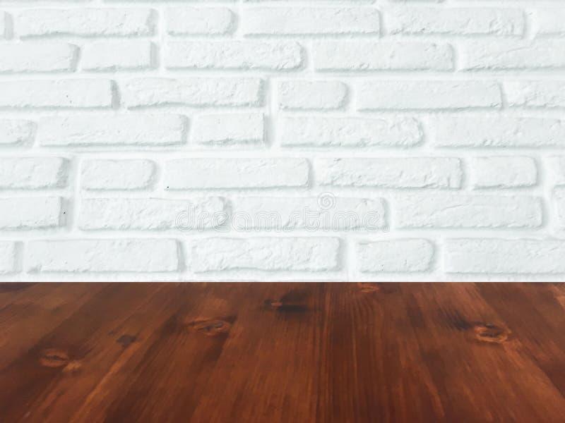 Таблица Брауна деревянная с белой предпосылкой текстуры кирпичной стены стоковая фотография rf