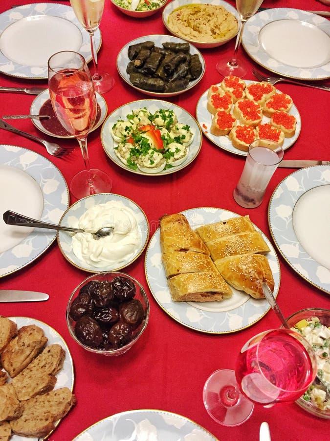Таблица вполне еды и питья для обедающего стоковое фото