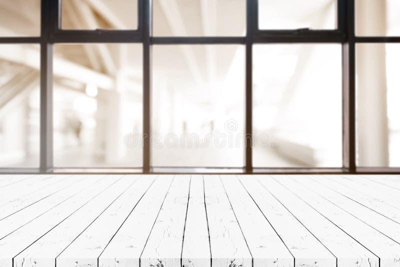 Таблица деревянной доски перспективы белая пустая на верхней части над запачканной предпосылкой кофейни, может быть используемое  стоковые изображения