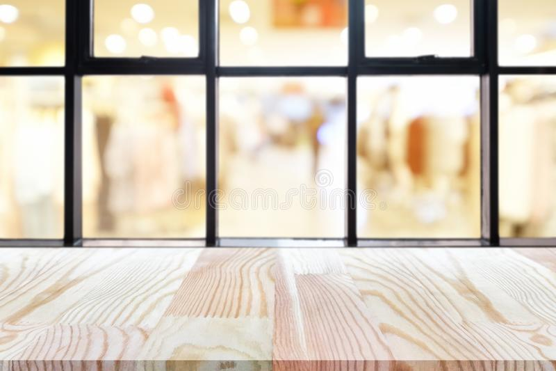 Таблица деревянной доски перспективы пустая на верхней части над запачканной предпосылкой кофейни, может быть используемое насмеш стоковые изображения rf