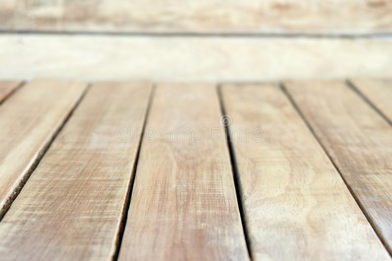 Таблица деревянной доски пустая для монтажей дисплея продукта стоковая фотография rf
