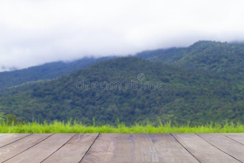 Таблица деревянной доски пустая перед запачканной предпосылкой стоковая фотография