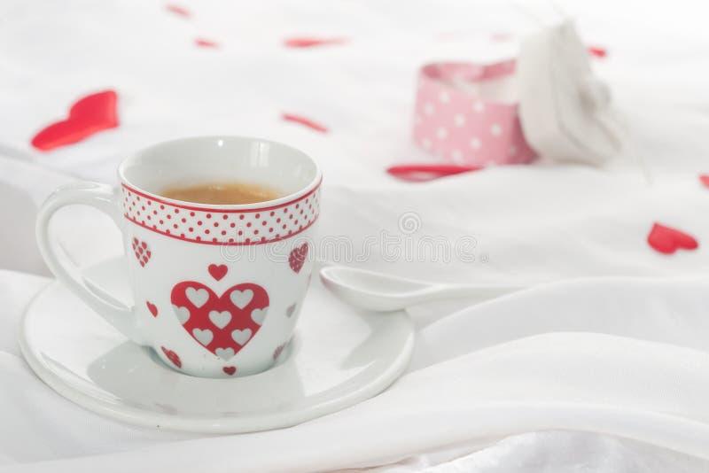 Таблица завтрака дня ` s валентинки стоковое изображение rf