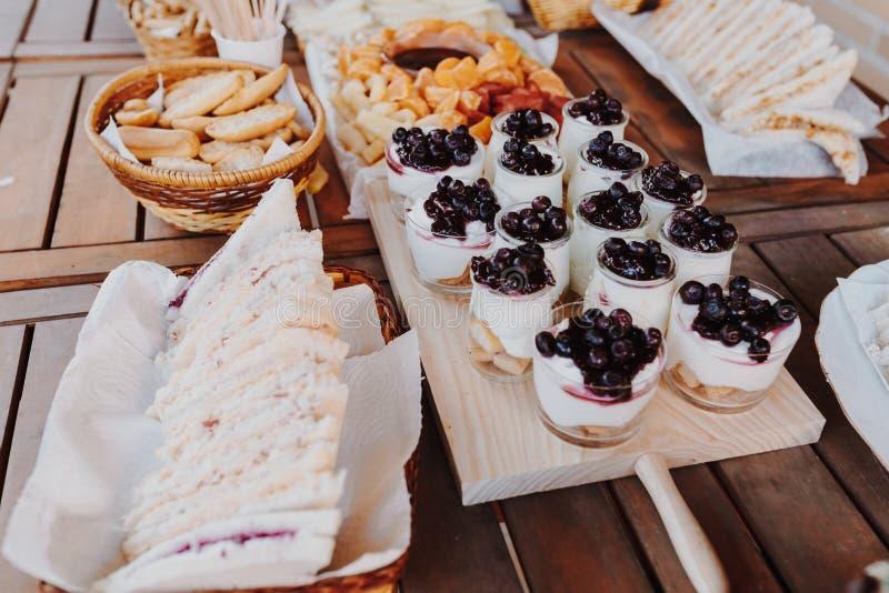 Таблица закусок с итальянскими закусками antipasti Йогурт с голубиками, доска разнообразия над деревенской деревянной предпосылко стоковая фотография