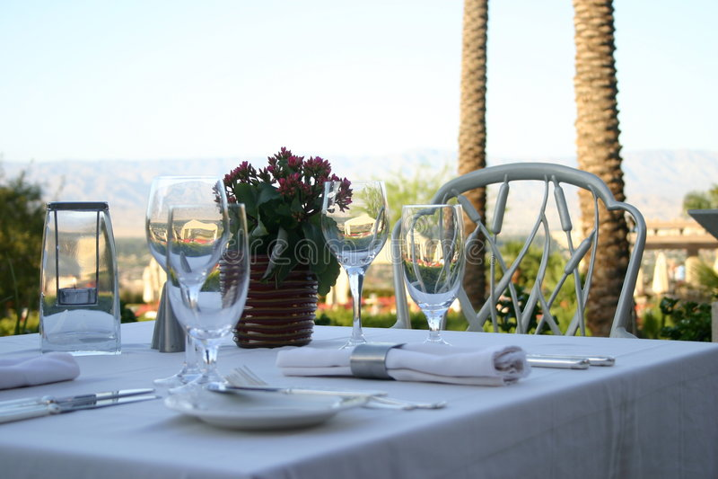 таблица захода солнца ресторана стоковая фотография