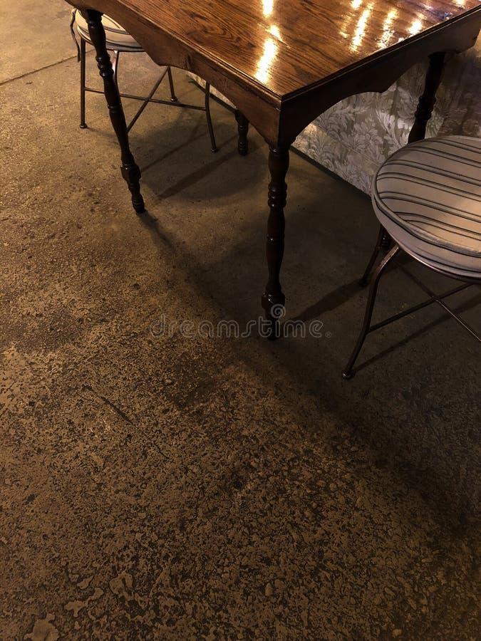 Таблица и стулья кофейни стоковая фотография
