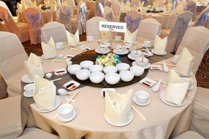 таблица комнаты банкета сдержанно стоковая фотография rf