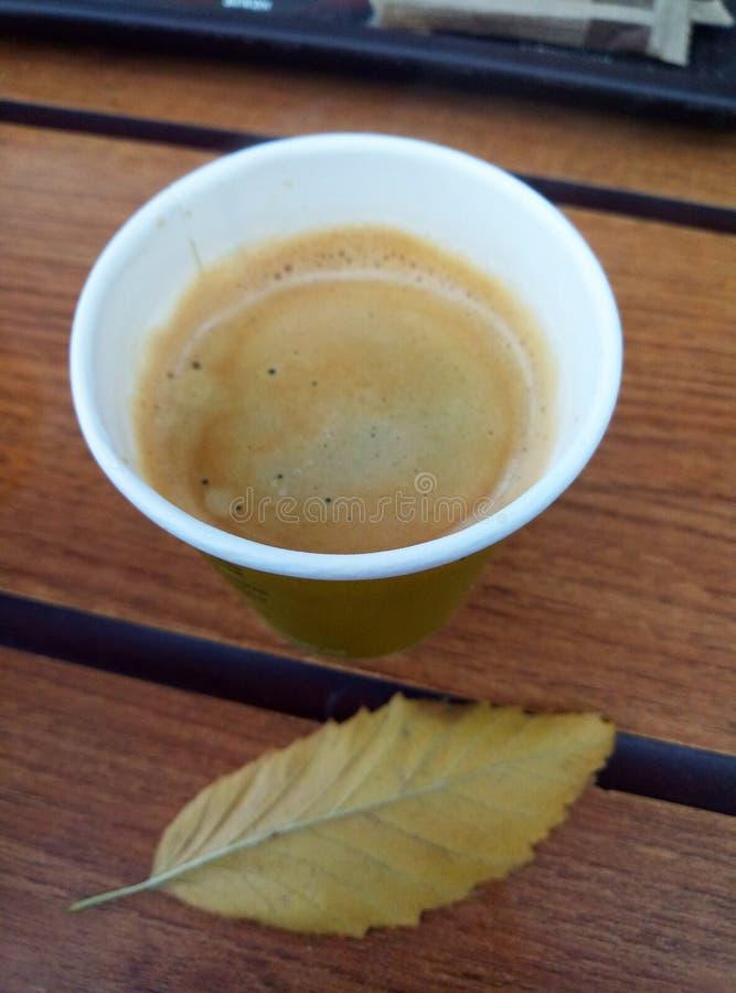 таблица кофейной чашки деревянная стоковое фото rf