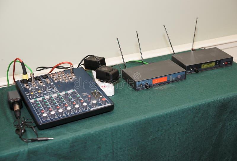 таблица оборудования конференции стоковые изображения
