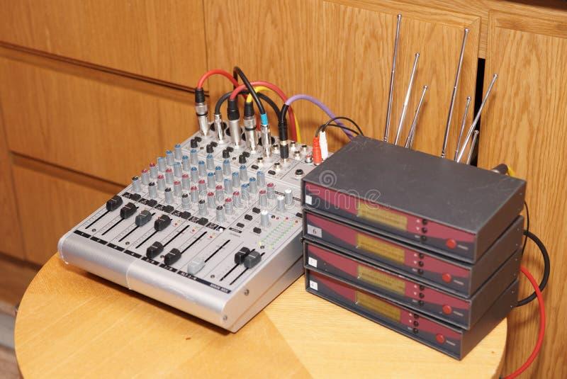 таблица оборудования конференции стоковые изображения rf
