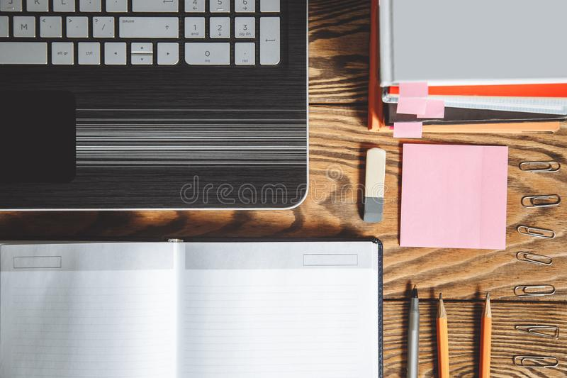 Таблица офиса взгляд сверху с аксессуарами места для работы и офиса на деревянной предпосылке стоковые изображения
