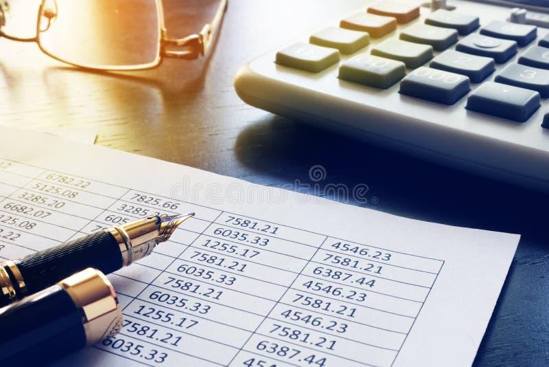 Таблица офиса с бизнес-отчетом и документами стоковое изображение rf