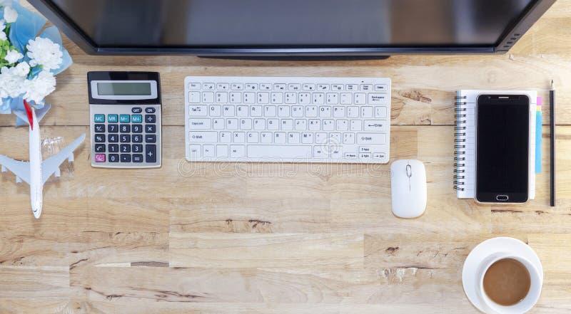 Таблица офиса с объектами для дела и перерыва на чашку кофе на деревянной предпосылке стоковое фото