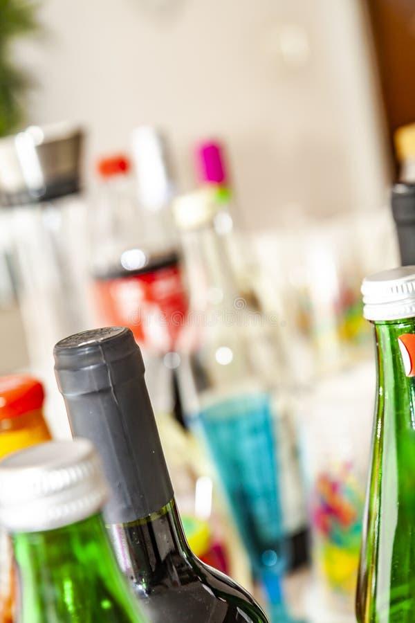 Таблица партии заполнена с бутылками и чашками стоковые фотографии rf