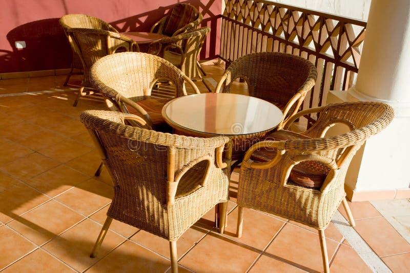 таблица патио стулов 4 стоковое изображение