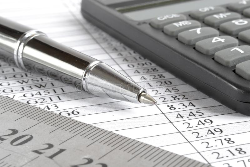 Таблица, правитель и калькулятор стоковые изображения