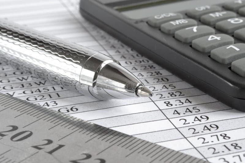 Таблица, правитель и калькулятор стоковое фото rf