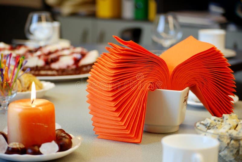 Download таблица ресторана романтичная Стоковое Фото - изображение насчитывающей свеже, habitat: 6865008