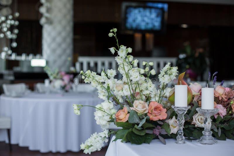 Таблица ресторана события, который белая служат и украшаемые с чувствительными свежими цветками стоковое изображение rf