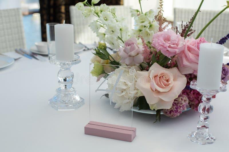 Таблица ресторана события, который белая служат и украшаемые с чувствительными свежими цветками стоковая фотография