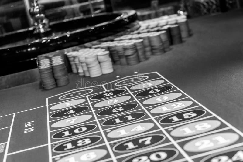 Казино черно белое игровые аппараты в кинотеатрах