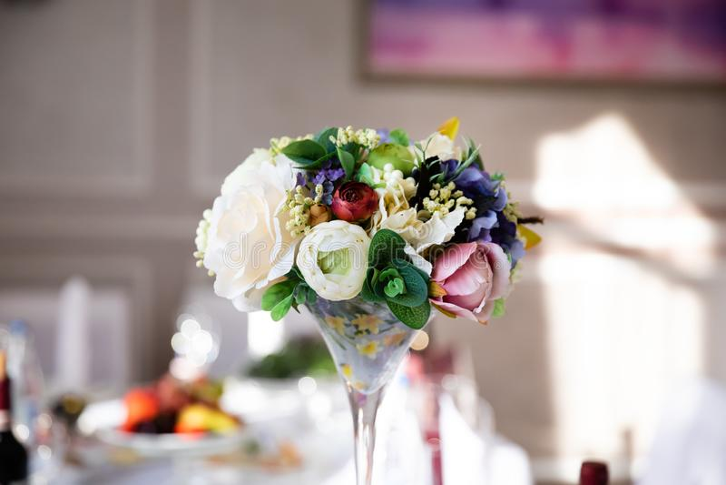 Таблица свадьбы с составом цветка стоковое изображение