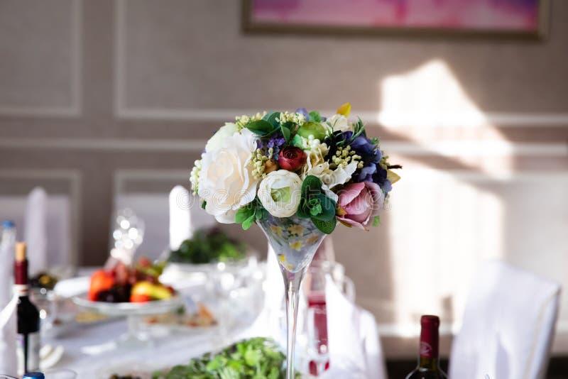 Таблица свадьбы с составом цветка стоковые фото
