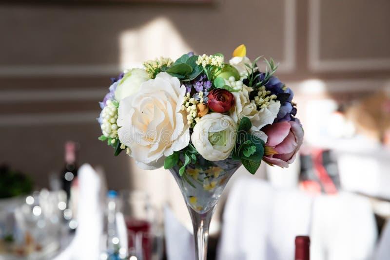 Таблица свадьбы с составом цветка стоковое изображение rf