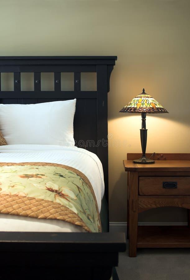 таблица светильника кровати стоковое изображение