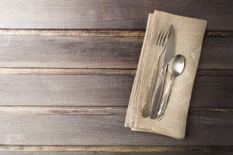 Таблица сервировки с деревенским стилем и старый flatware на деревянном столе стоковое фото