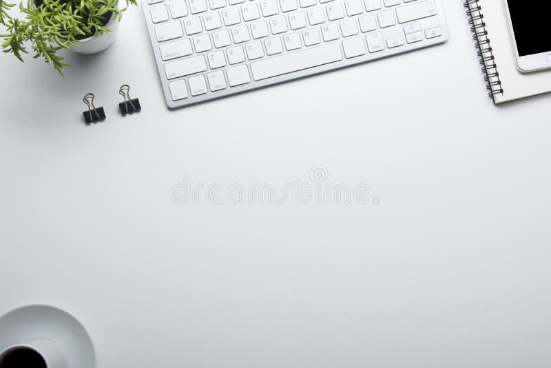 Таблица стола офиса с поставками Плоские рабочее место и объекты дела положения Взгляд сверху Скопируйте космос для текста стоковое фото rf