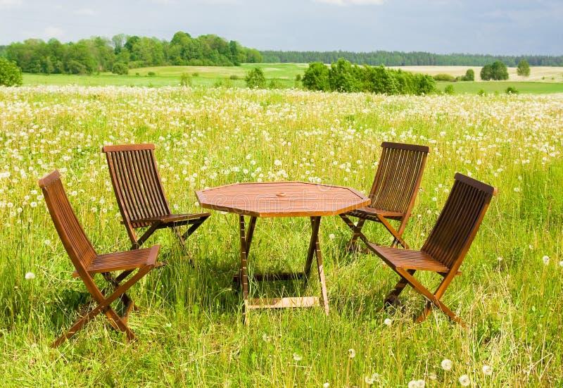 таблица стулов 4 стоковые фотографии rf
