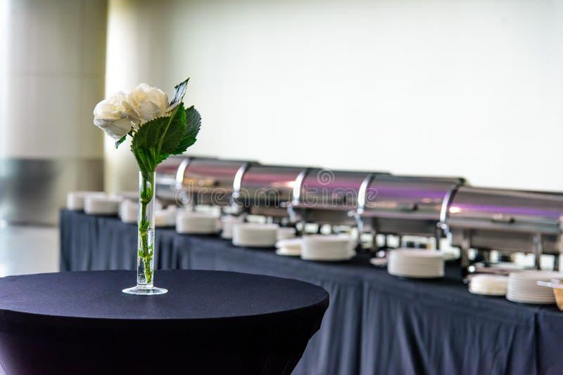 Таблица с вазой и цветком стоковая фотография