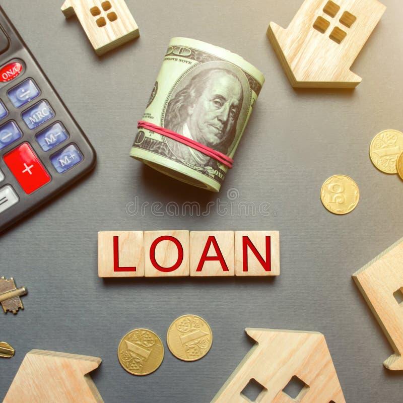 Таблица с деревянными домами, калькулятор, монетки, лупа с займом слова на деревянных блоках Покупка дома в задолженности Кредит стоковая фотография
