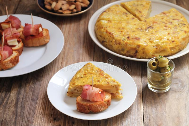 Таблица с испанскими тапами - tortilla, pinchos, миндалины, оливки стоковые фото