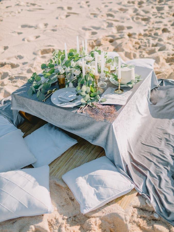 Таблица с украшениями, свадебный пирог свадьбы стоковое изображение