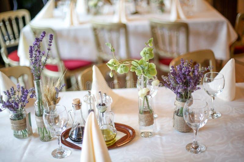 Таблица украшения свадьбы с лавандой и растительностью стоковое изображение rf