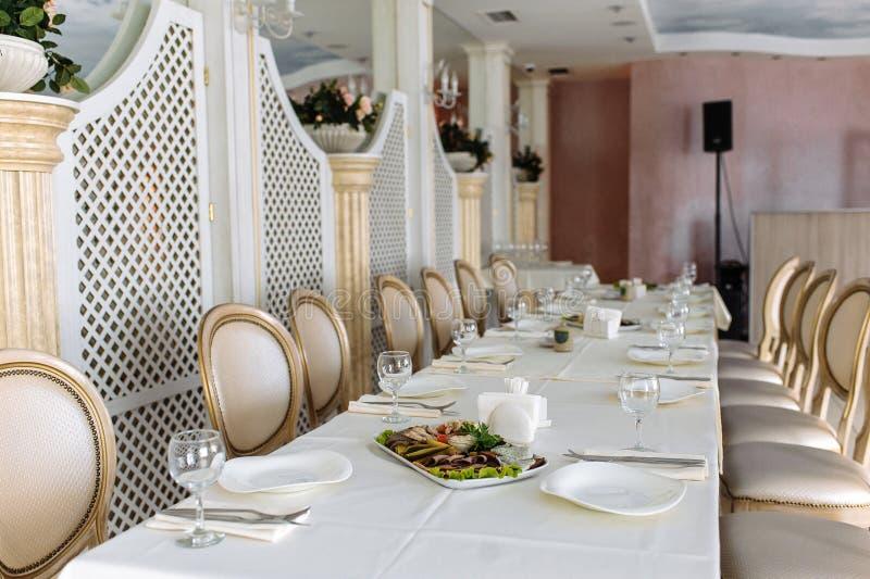 Таблица установила для bridal партии, белой скатерти и белизны со стульями золота стоковое фото rf