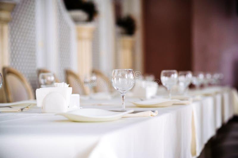 Таблица установила для bridal партии, белой скатерти и белизны со стульями золота стоковое изображение rf