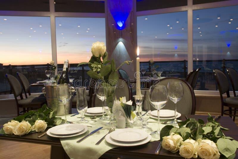 таблица установки обеда роскошная стоковое изображение rf