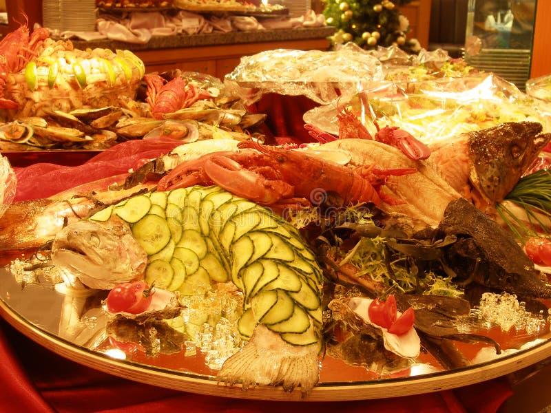 таблица экстренныйого выпуска продуктов моря стоковое фото