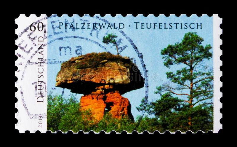 Таблица ` s дьявола на Hinterweidenthal, лесе Palatinate, одичалом serie Германии, около 2014 стоковое изображение