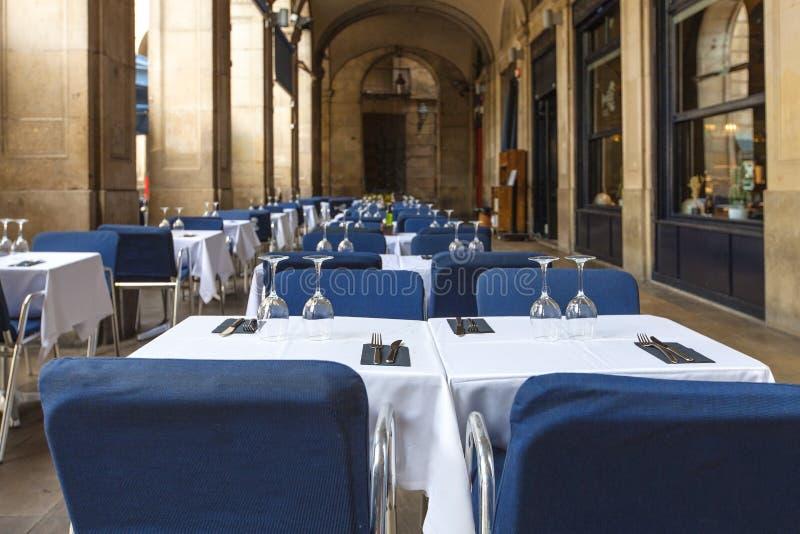 Таблицы в пустом ресторане i стоковые фото