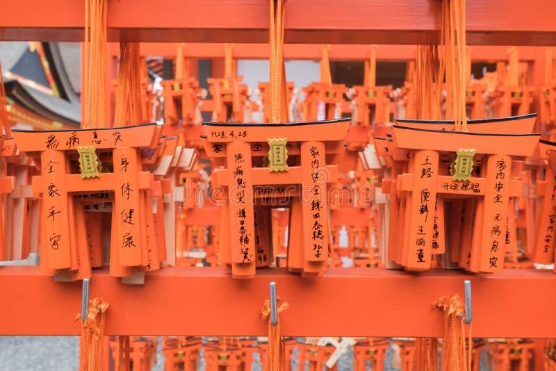 Таблицы молитве Ema с уникально Torii стробируют доски на Fushimi Inar стоковые изображения rf