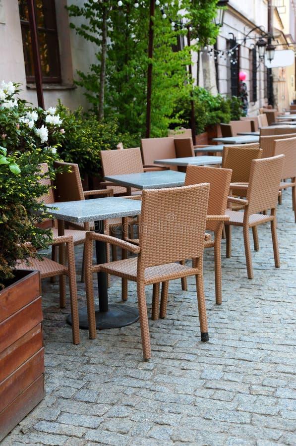 Таблицы ресторана на улице стоковая фотография