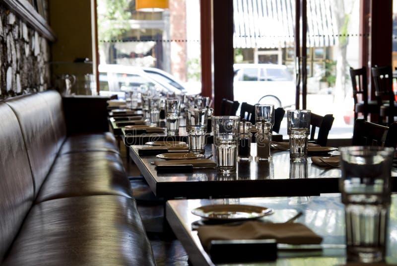 таблицы ресторана установленные стоковое фото rf