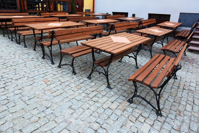 Таблицы со стендами в ресторане стоковые фотографии rf