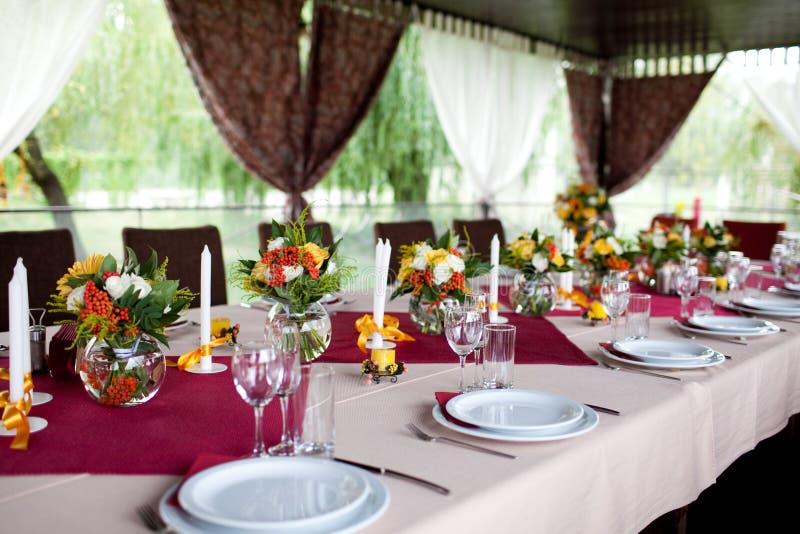 таблицы установленные цветками wedding стоковое фото