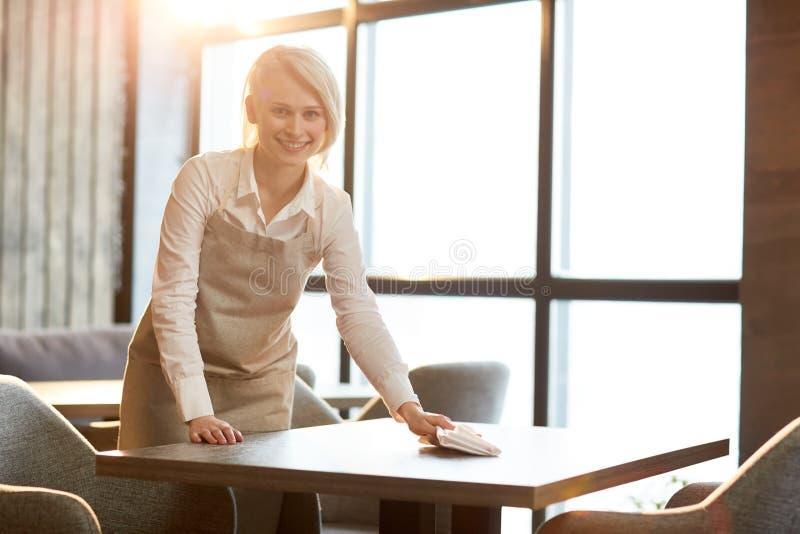 Таблицы чистки после клиентов стоковая фотография rf