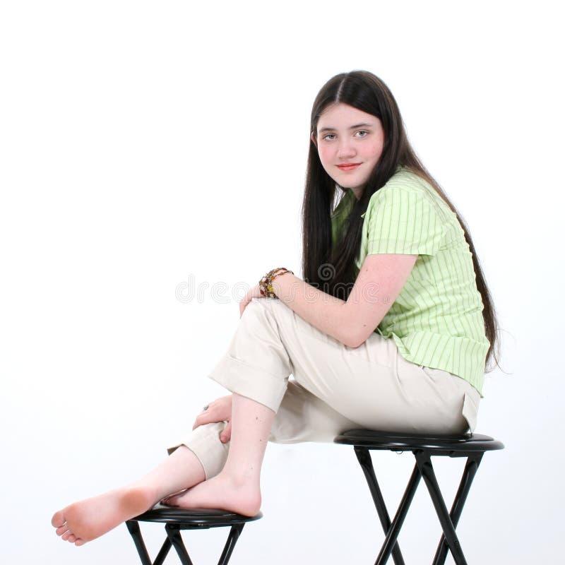 табуретка красивейшей девушки сидя предназначенная для подростков стоковое фото rf
